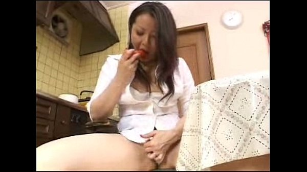 夕食に使う人参で異物挿入オナニーする人妻