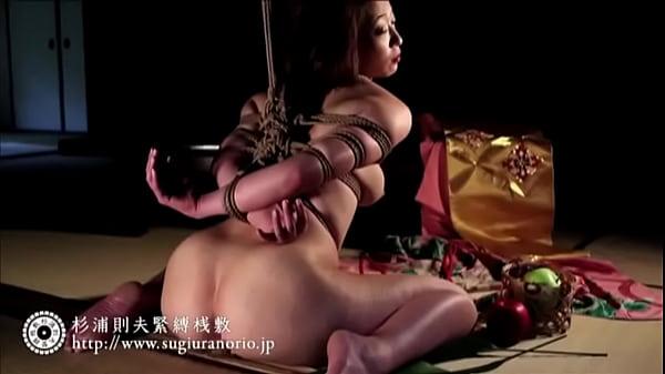 緊縛された美熟女が雁字搦め状態でヌレヌレマムコを恥辱される