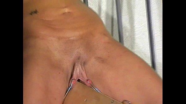 【SM夫婦生活】三角木馬に乗せた妻の大陰唇をビローンと引っ張る淫裂責め