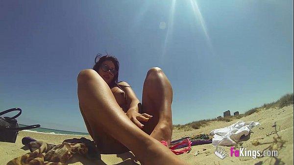 tania-masturbates-at-the-beach