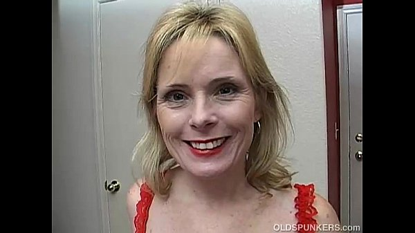 Super sexy older lady in red plays with her ...