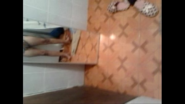 Preciosa chica se masturba frente al espejo