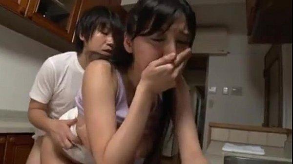 巨乳人妻爆乳素人が喘ぎ声が漏れないよう手で口塞ぐ仕草が最高