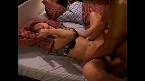 巨乳若妻麻美ゆまを夫が寝ている隣でハメる寝取りセックス!