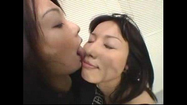 大好きなパートナーに唾をかけて鼻の穴まで舐め回すようにディープキスするレズビアン…