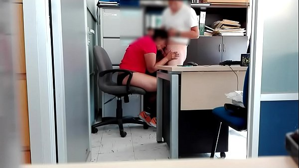 Empleado se coge a la infiel esposa de su jefe en la oficina cuando salen todos de su chamba