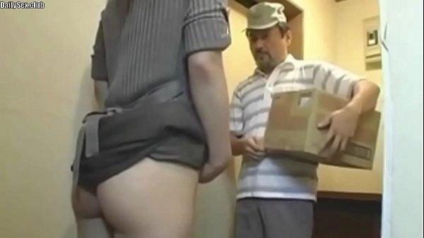 欲求不満の若妻が配達員のオッサンを誘惑して逆レイプ!  素人  の画像