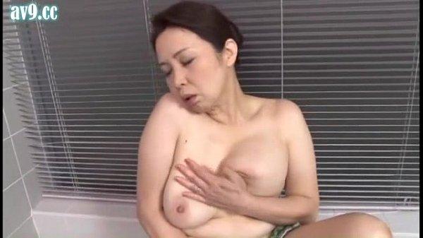 色白のムチムチ巨乳熟女がお風呂でムラムラして濃厚なオナニー