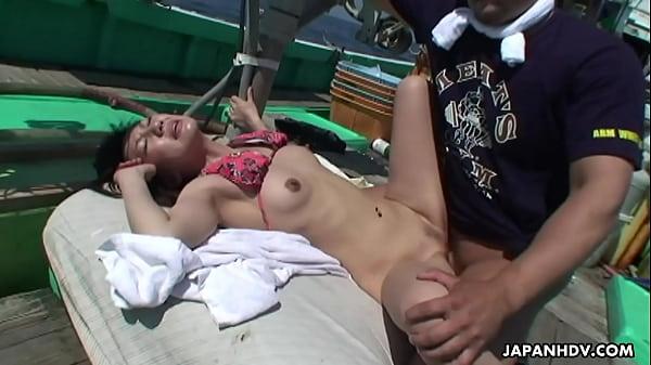 漁船で乱交する淫乱美巨乳ギャルが痙攣絶交頂してるおまんこなスワッピング動画無料 -