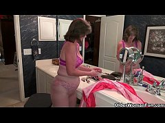 American grannies Ava and Penny having bathroom...