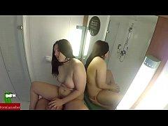 esta pareja aprovecha muy bien la ducha del hot...