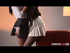 Καβλωτικο λεσβιακο βιντεο. Λεσβιες χαιδευουν τα μουνακια τους και γαμιουνται με strapon δονητη