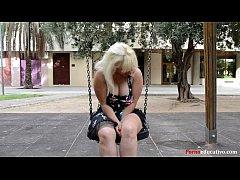 Susana se masturba a escondidas en un parque pú...