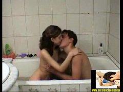 Casal novinho metendo na banheira