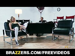 Flexible blond dancer Mia Malkova shows off her...