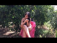 Chica joven de 18 años sentada desnuda entre ár...