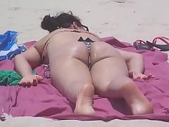 Branquinha com biquíni socado na praia