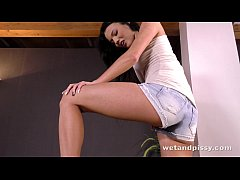 Piss spraying babe drenches herself in golden s...