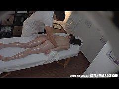 Massagem na ninfeta termina em sexo