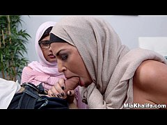 Mia Khalifa e sua irmã safada pagando boquete