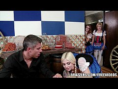 Blonde waitress know show to get her tip