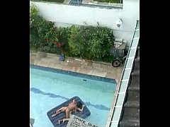 Flagra casal tranzando na piscina em sao paulo ...