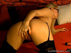 Sexy blonde toys her pussy on webcam