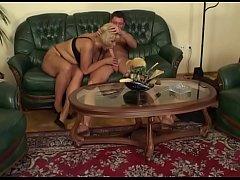 Dicke geile Schlampe wird auf der Couch gefickt...
