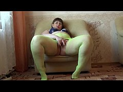 A fat girl in green pantyhose masturbates her pussy