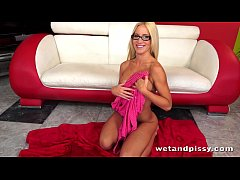 Pretty blonde in glasses uses a jelly dildo on ...