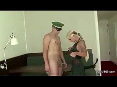 Geiler Teen mit dicken Titten wird von Polizist...
