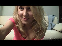 Blonde bombshell pushes fingers into her amazin...