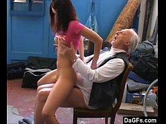 Novinha ensinando coroa a fazer sexo gostosa