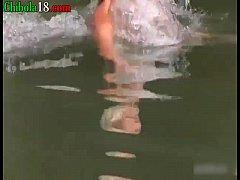 Me la follo a una nudista en mi bote