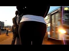 Rica culona esperando bus