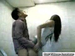 Une japonaise se fait prendre dans les toilettes