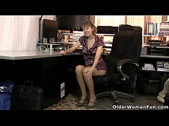 American milf Jamie Foster gets turned on in pa...