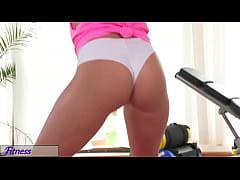 FitnessRooms Horny lesbians get hardcore sweaty...