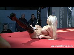 Horny stripper masturbates just for your eyes