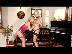 Big titted Daria and Carol lick each other on S...