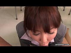 Professora asiática chupando aluno na escola