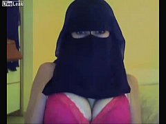 Sexy Saudi Arabian girl twerking with veil on