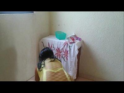 Mexicana caliente al estar de puta cachonda se abre de patas, para meterse un dildo  por la panocha, mientras hace un video porno al masturbarse