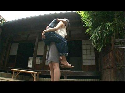 背が高いスラっとしたお姉さんが低身長男を抱き上げて濃厚キス
