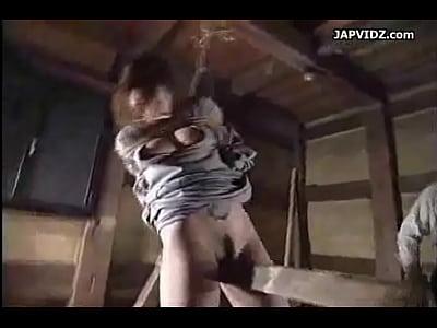 緊縛した巨乳美女を三角木馬に乗せる鬼畜SM拷問。身動きの取れない状態でシバくスパンキング。