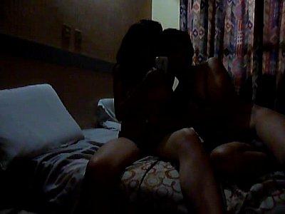 trio con dos putas mamando la panocha y cogiendo en un video porno