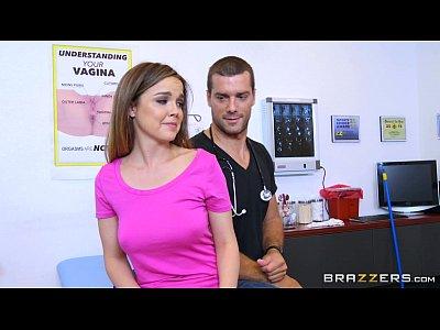 Cachonda culona le hace una rica mamada de verga al doctor, para que le meta una rica cogida en su consulta medica