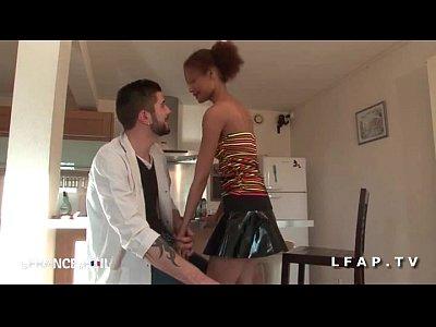 Jeune petite metisse sodomisee et prise en double penetration par les technicien