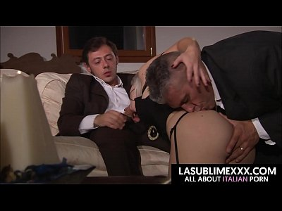 Blonde Threesome Blowjob video: La grande Asha Bliss succhia due bellissimi cazzi!