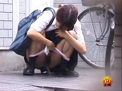 【野外放尿盗撮動画】現役女子高生が我慢の限界に達して人の家の前でオシッコ発射www